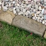 viale di un giardino con bordi in pietra