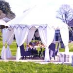 gazebo con tavolo e sedie all'aperto per zona pranzo