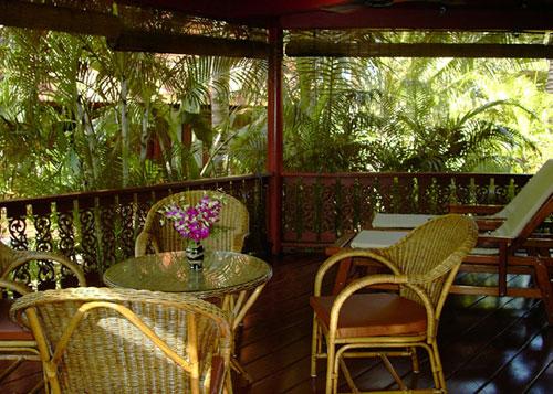 giardino veranda con arredo vimini