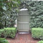 ingresso giardino con ricca vegetazione