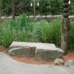panchina da giardino dalla roccia