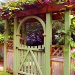 ingresso giardino con porta in legno