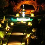 giardino con fontana e viale illuminato